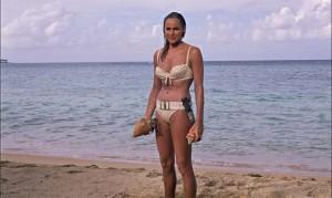 Ursula Andress sort de l'eau dans James Bond Dr No