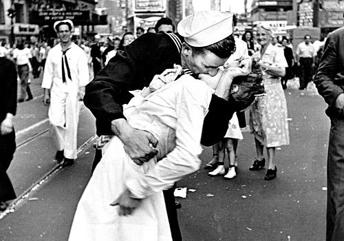 Alfred-Eisenstaedt-V-J-Day-Times-Square-LEICA-100-Jahren