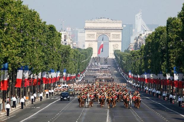 Défilé-avenue-Champs-Elysées-Paris