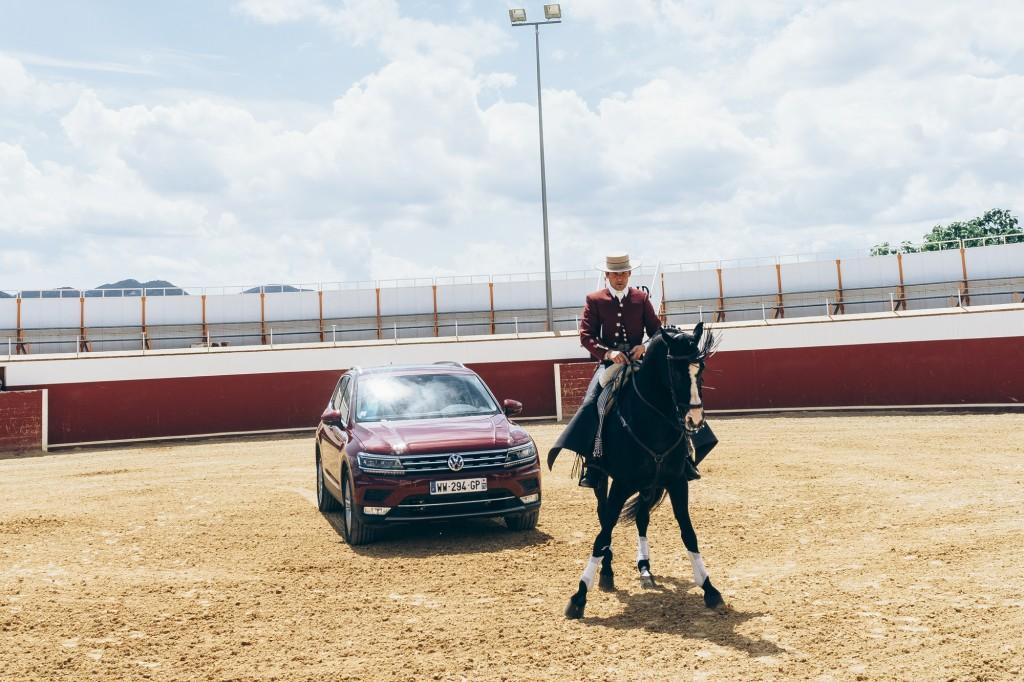 Cavalier devant le nouveau Tiguan de Volkswagen