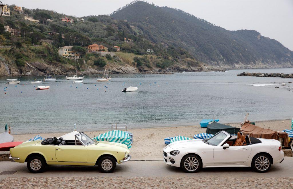 La Fiat 124 Spider de 1966 et la nouvelle version à droite