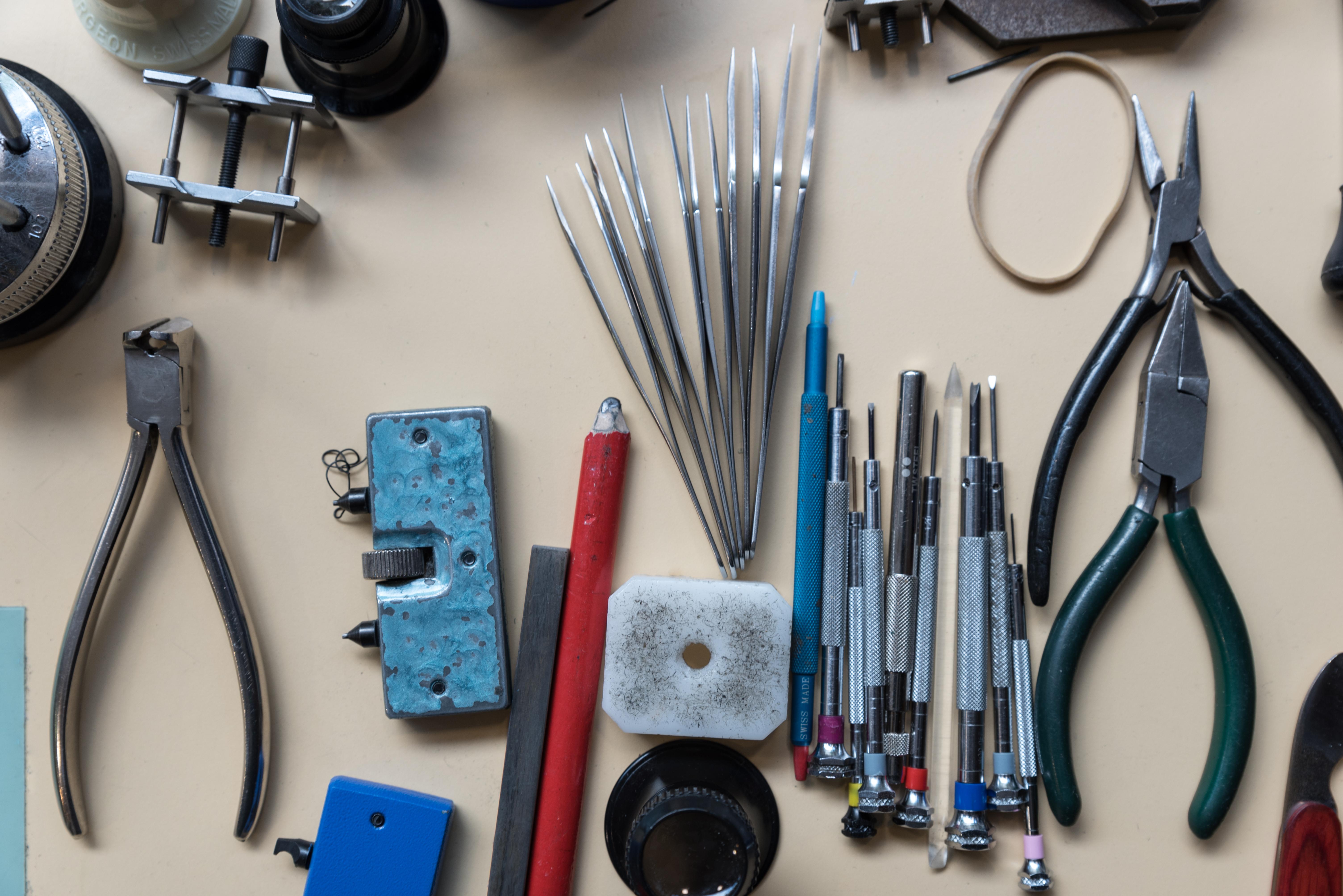 Outils de précision atelier bracelet parisien